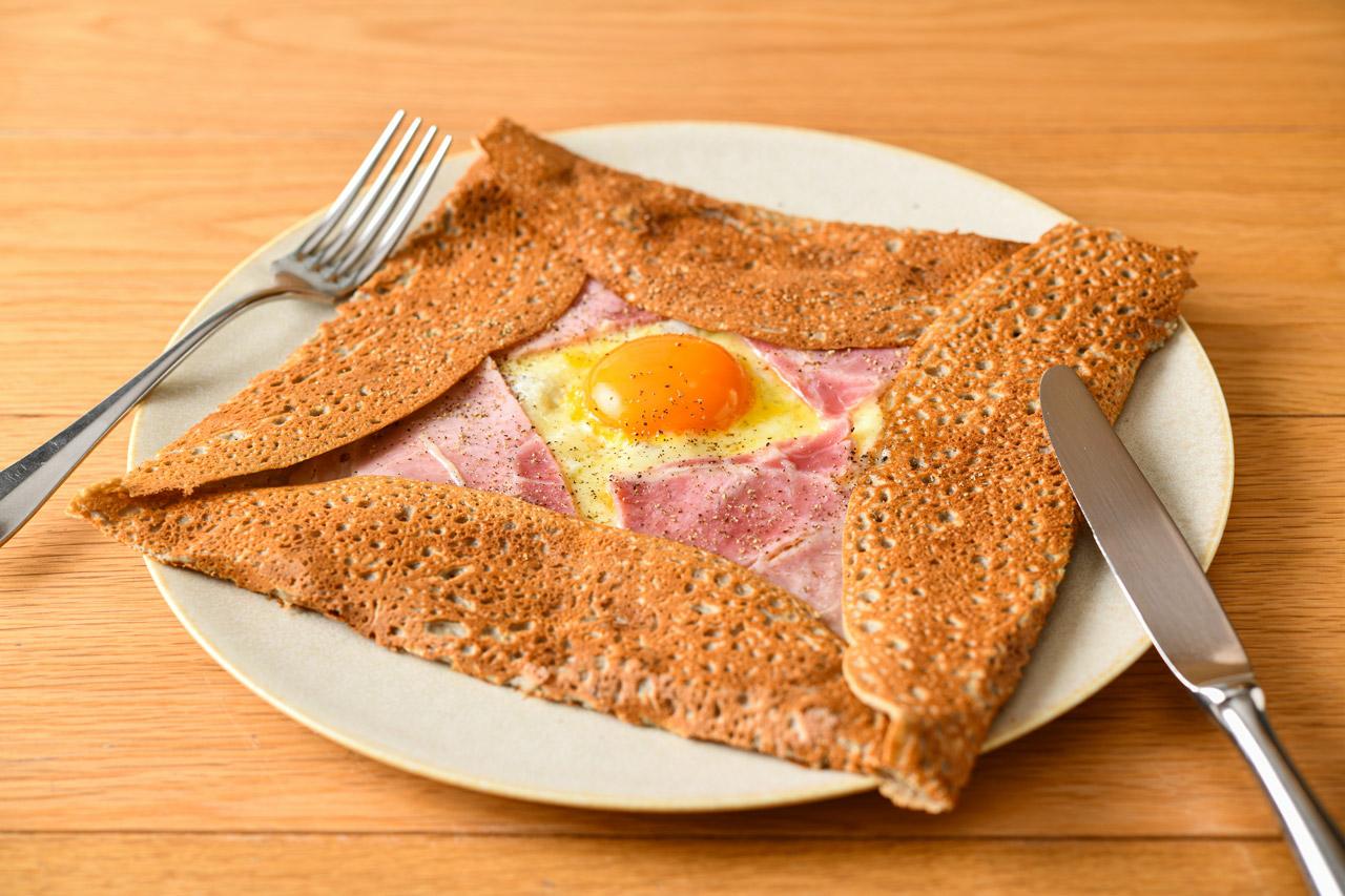 卵とチーズ、厚切りハムの王道ガレット
