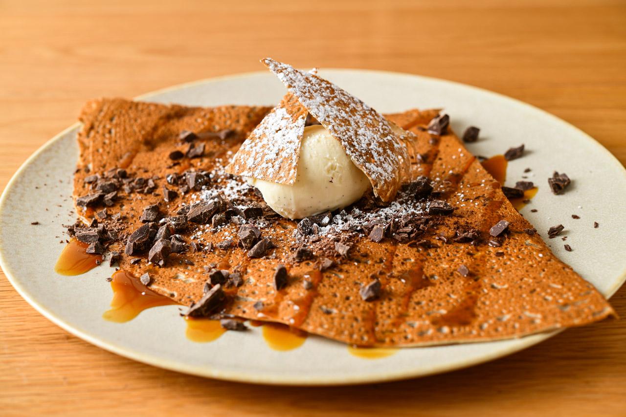 チョコレートとキャラメルソースのデザートガレット バニラアイス添え